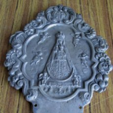 Antigüedades: AGUABENDITERA DE ALUMINIO - VIRGEN DE BEGOÑA - ESTA INCOMPLETA LE FALTA LA PILA . Lote 139486898