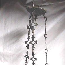 Antigüedades: LAMPARA VOTIVA S XIX, BRONCE TODO DE ORIGEN. BASE MONOGRAMA CRISTO Y 3 CABEZAS LEONES. MED. 80 CM. Lote 139525742