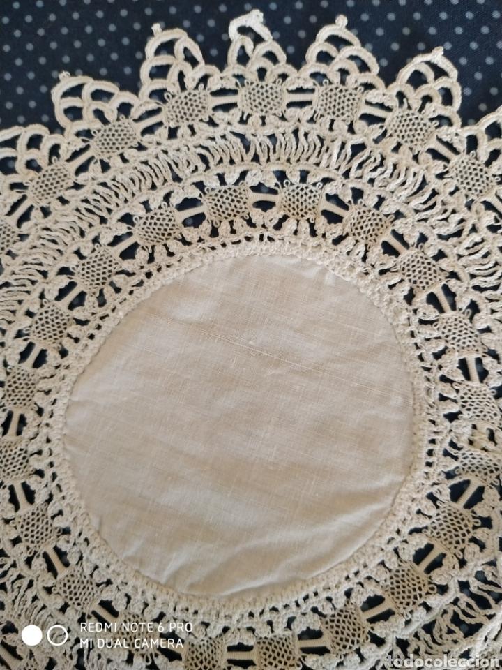 Antigüedades: Antiguo tapete de hilo y puntilla de bolillos 18 x18 cm - Foto 2 - 139529366