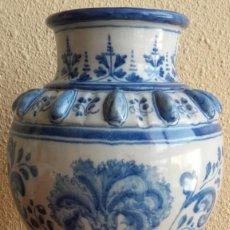 Antigüedades: JARRÓN FLORERO. CERÁMICA ESMALTADA PINTADA A MANO. TALAVERA DE LA REINA. RUIZ DE LUNA. C. 1900.. Lote 139547066