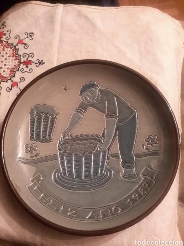 PLATO DE VILA CLARA ,COLECCION PARTICULAR ANTONIO SALTOR , NUMERADO (Antigüedades - Porcelanas y Cerámicas - La Bisbal)