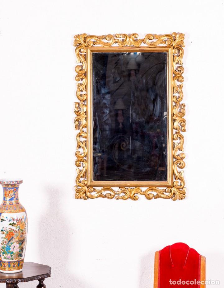 ESPEJO ANTIGUO CON MOTIVOS FLORALES EN PAN DE ORO (Antigüedades - Muebles Antiguos - Espejos Antiguos)
