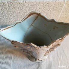 Antigüedades: JARRÓN ISABELINO BLANCO CON DETALLES DORADOS. Lote 139630202