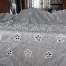 Antigüedades: ANTIGUA Y GRANDE CORTINA DE TELA MUY BORDADA.CON DEFECTO. Lote 139638670