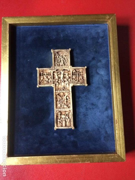 CRUZ TALLA EN BAJO-RELIEVE ENMARCADO. RESINA O SIMILAR- RICO DETALLE. (Antigüedades - Religiosas - Cruces Antiguas)