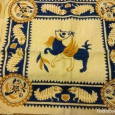 Antigüedades: PAREJA DE TAPETES BORDADOS EN HILO CON DECORACIÓN ANIMAL Y VEGETAL. S.XIX. PROVINCIA TOLEDO.. Lote 139671506