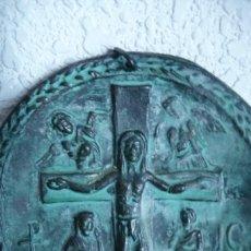 Antigüedades: MEDALLON GRAN TAMAÑO METAL PATINADO,CRUCIFICADO. IGNORO ICONOGRAFIA Y ORIGEN 93 MM.. Lote 139695018