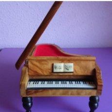 Antigüedades: CAJA JOYERO MUSICAL DE MADERA EN FORMA DE PIANO. Lote 139668302