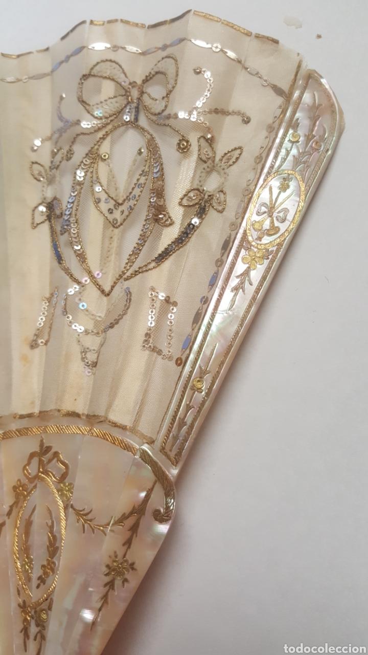 Antigüedades: Abanico pintado y firmado s.XIX varillaje en nacar y encaje. - Foto 3 - 139707260