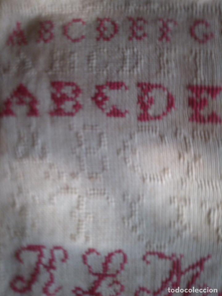 Antigüedades: ~~~~ ANTIGUO Y BELLISIMO ABECEDARIO BORDADO MANUAL PETIT POINT, FECHADO EN 1897,MIDE 53 X 26 CM.~~~~ - Foto 3 - 139752102
