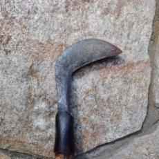 Antigüedades: ANTIGUA HOZ PEQUEÑA O PODADERA CON PALO MUY RÚSTICO DE 102CM.. Lote 139753202
