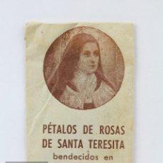 Antigüedades: ANTIGUO RECORDATORIO RELIGIOSO - PÉTALOS DE ROSAS DE SANTA TERESITA. CINCUENTENARIO DE SU MUERTE. Lote 139792874