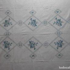 Antiquités: BONITO MANTEL DE ALGODON BORDADO A MANO EN PUNTO DE CRUZ, MIDE 210 X 163 CMS.. Lote 139872990