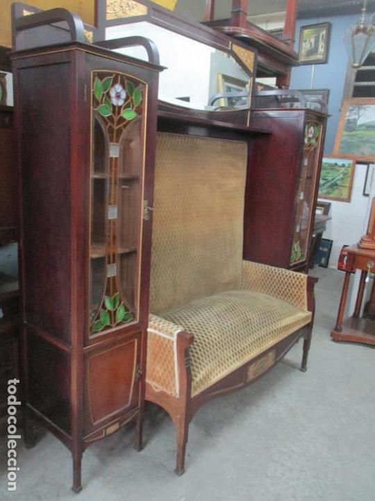 Antigüedades: Curioso Mueble Modernista - Joan Busquets - Sofá, Pareja de Vitrinas y Espejo - Madera de Caoba - Foto 2 - 139889778