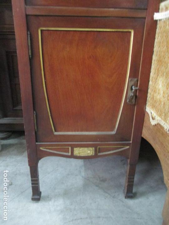Antigüedades: Curioso Mueble Modernista - Joan Busquets - Sofá, Pareja de Vitrinas y Espejo - Madera de Caoba - Foto 4 - 139889778