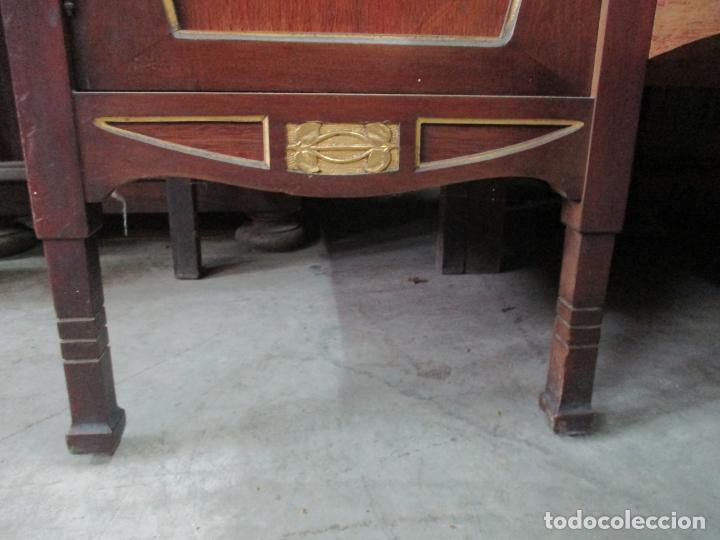 Antigüedades: Curioso Mueble Modernista - Joan Busquets - Sofá, Pareja de Vitrinas y Espejo - Madera de Caoba - Foto 5 - 139889778