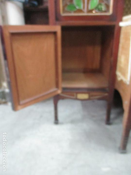 Antigüedades: Curioso Mueble Modernista - Joan Busquets - Sofá, Pareja de Vitrinas y Espejo - Madera de Caoba - Foto 7 - 139889778