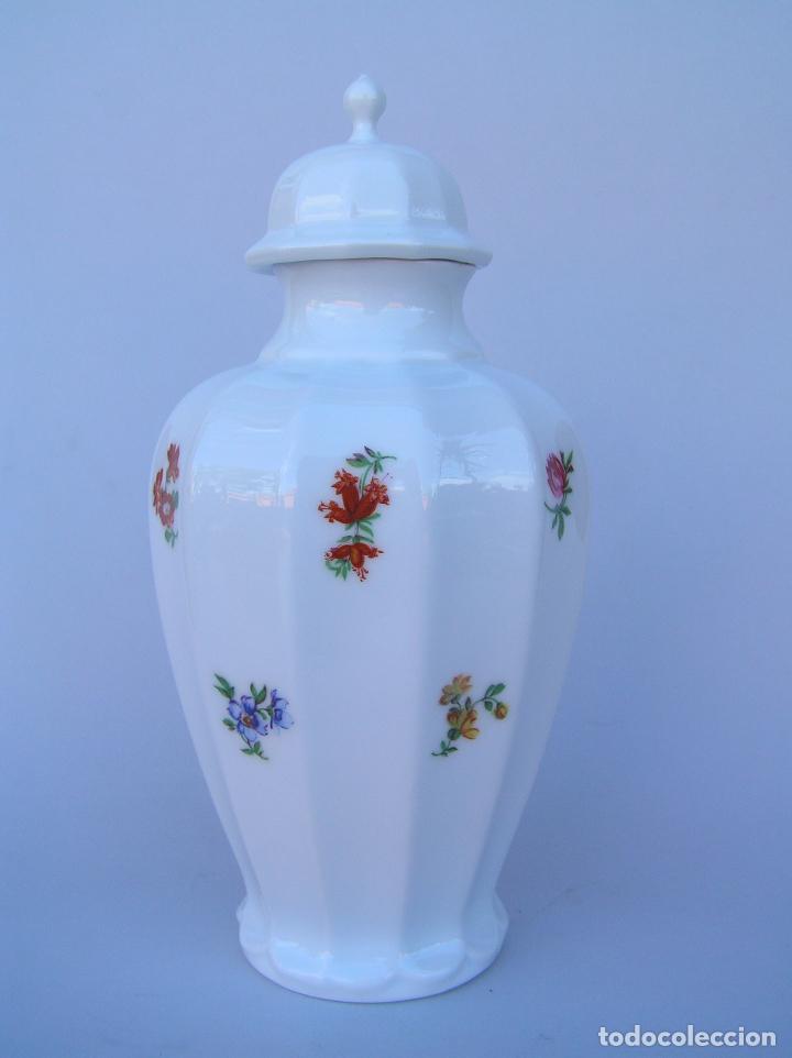 POTICHE BLANC DE CHINE CON RAMILLETES ESTAMPADOS. (Antigüedades - Porcelanas y Cerámicas - Otras)