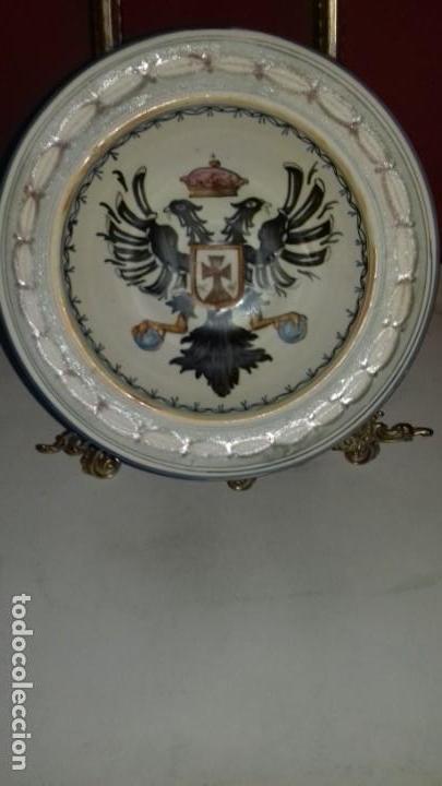 PLATO DE TALAVERA - ÁGUILA BICÉFALA - ÓRDENES MONÁSTICAS ESCUDO CARMELITAS - SELLO-DEDICADO-FIRMADO (Antigüedades - Porcelanas y Cerámicas - Talavera)
