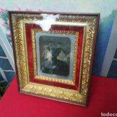 Antigüedades: FOTOGRAFÍA SIGLO XIX CON MARCO EN RELIEVE. Lote 140013130