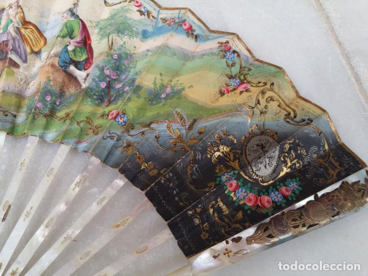 Antigüedades: Antiguo abanico Siglo XIX varillaje de Nácar pintado a mano - Foto 3 - 140029794