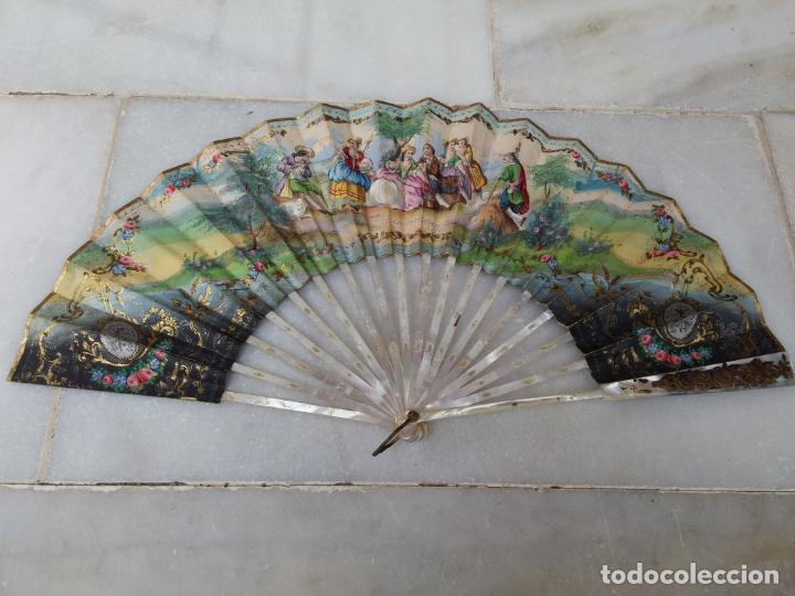 Antigüedades: Antiguo abanico Siglo XIX varillaje de Nácar pintado a mano - Foto 5 - 140029794