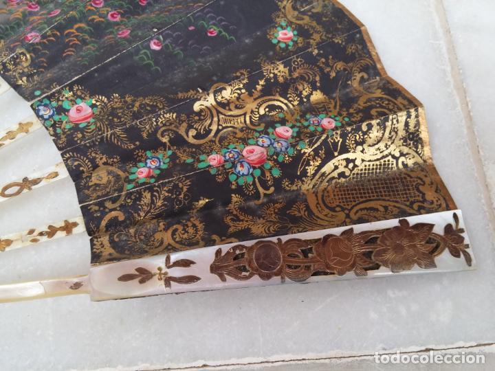 Antigüedades: Antiguo abanico Siglo XIX varillaje de Nácar pintado a mano - Foto 9 - 140029794