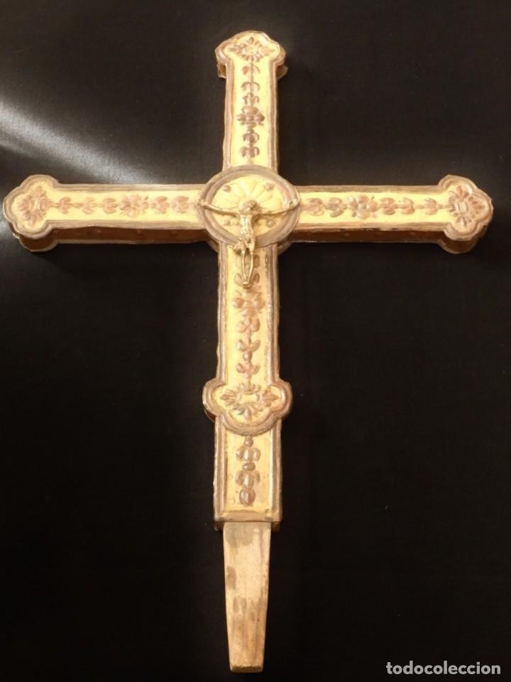 CRUZ PROCESIONAL DEL SIGLO XVIII REALIZADA EN METAL Y MADERA. MEDIDAS DE 56 X 48 CM. (Antigüedades - Religiosas - Cruces Antiguas)
