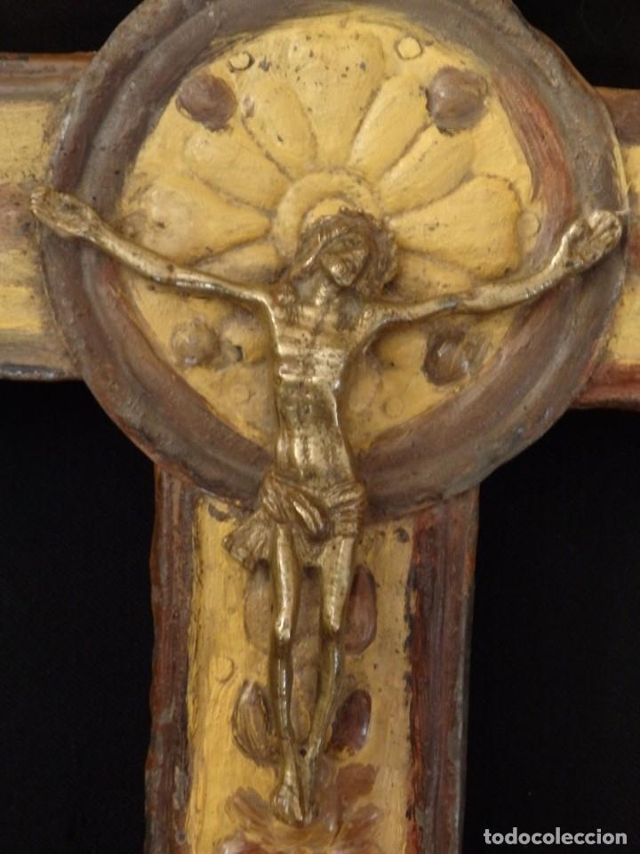 Antigüedades: Cruz procesional del siglo XVIII realizada en metal y madera. Medidas de 56 x 48 cm. - Foto 4 - 140044934