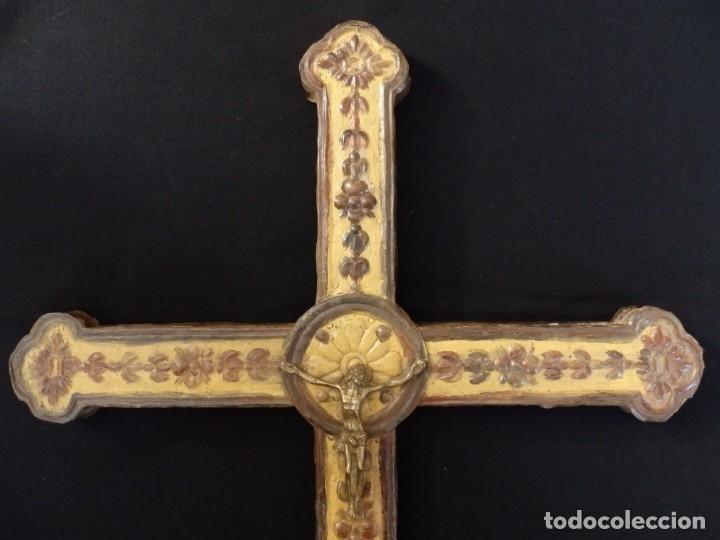 Antigüedades: Cruz procesional del siglo XVIII realizada en metal y madera. Medidas de 56 x 48 cm. - Foto 6 - 140044934