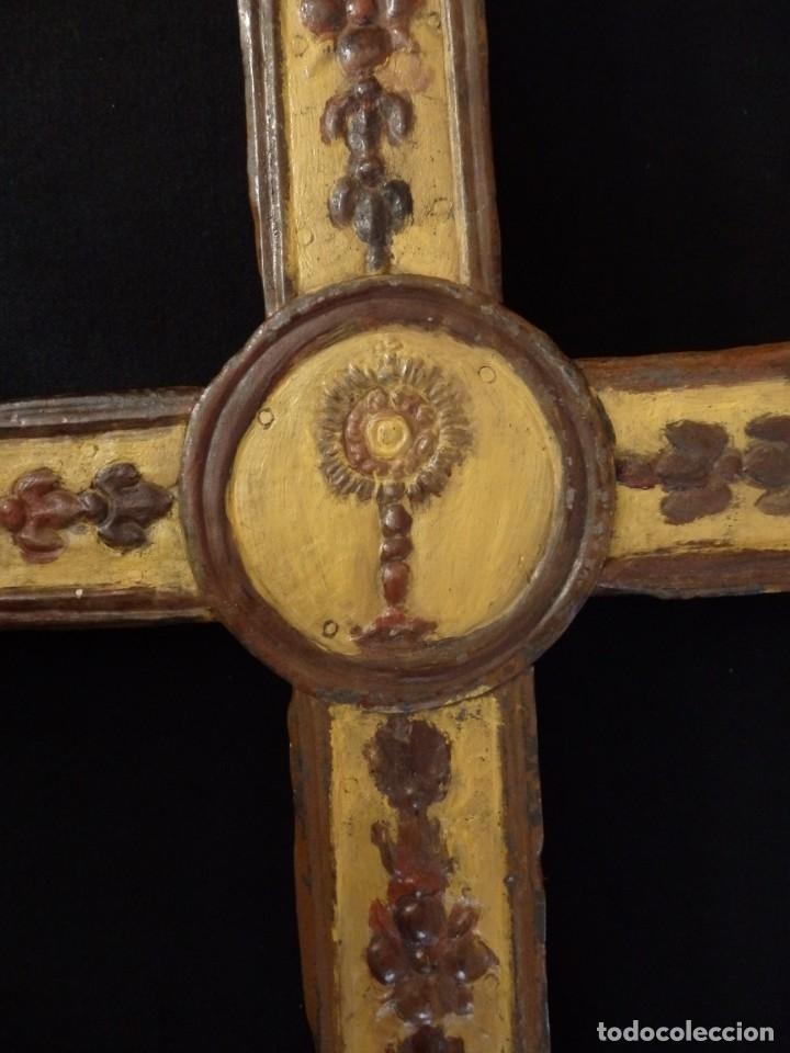 Antigüedades: Cruz procesional del siglo XVIII realizada en metal y madera. Medidas de 56 x 48 cm. - Foto 9 - 140044934