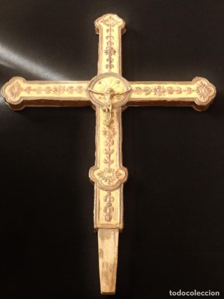 Antigüedades: Cruz procesional del siglo XVIII realizada en metal y madera. Medidas de 56 x 48 cm. - Foto 11 - 140044934