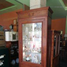 Antigüedades: VITRINA DE CASTAÑO.. Lote 140045440