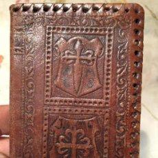 Antigüedades: ANTIGUA CARTERA DE CUERO REPUJADO CON BONITOS DIBUJOS DE LOS AÑOS 60. Lote 140056198
