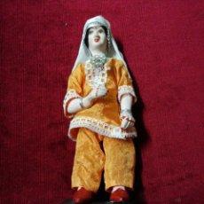 Muñecas Porcelana: MUÑECA INDU DE PORCELANA SOBRE PEDESTAL DE MADERA. Lote 140069489
