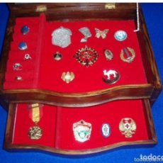 Antigüedades: EXPOSITOR VITRINA DE MADERA CON SU TAPA DE CRISTAL CON CAJON. MEDALLAS,RELOJES.JOYERO.. Lote 140053394