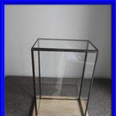 Antigüedades: URNA O FANAL DE CRISTAL CON BASE DE MADERA RECTANGULAR. Lote 236687200