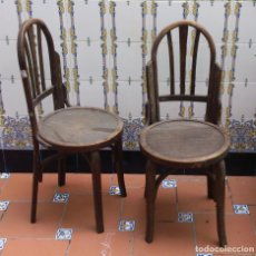 Antigüedades: 2 SILLAS ESTILO THONET RESPALDO REDONDEADO - ASIENTO DE CHAPA - MADERA SANA. Lote 140152994