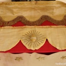 Antigüedades: CONJUNTO DE TRES PEQUEÑOS FRENTES DE ALTAR EN TISÚ DE ORO. 100 X 28 CM. HACIA 1900.. Lote 140468504