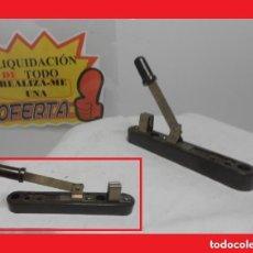 Antigüedades: INTERRUPTOR CUCHILLA CON BASE BAKELITA, LLAVE CONMUTADORA DE LA LUZ MUY ANTIGUA 100% ORIGINAL. Lote 141250886