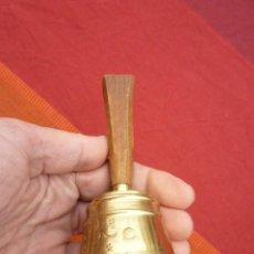 Antigüedades: CAMPANA DE IGLESIA, DE MANO EN BRONCE Y MADERA NOBLE CON GRABADOS Y MARCADA Nº2. Lote 140202334