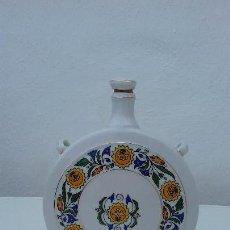 Antigüedades: HOLLOHAZA HUNGRÍA BOTELLA DE PORCELANA CON FLORES. Lote 140210742