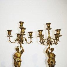 Antigüedades: PAREJA DE CANDELABROS ANTIGUOS DE BRONCE DORADO. Lote 140243690