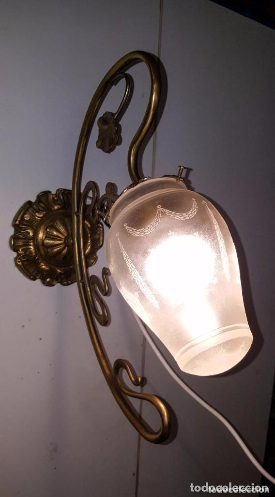 APLIQUE MODERNISTA DE BRONCE CON GLOBO DE CRISTAL SATINADO Y DIBUJOS AL ACIDO (Antigüedades - Iluminación - Apliques Antiguos)