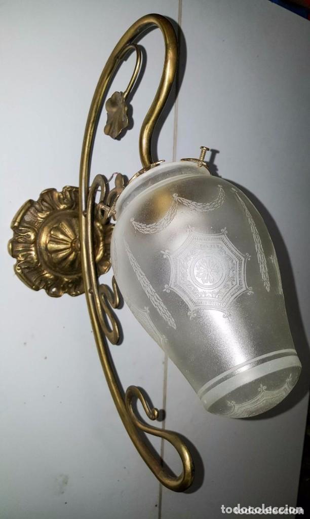 Antigüedades: APLIQUE MODERNISTA DE BRONCE CON GLOBO DE CRISTAL SATINADO Y DIBUJOS AL ACIDO - Foto 3 - 151153246