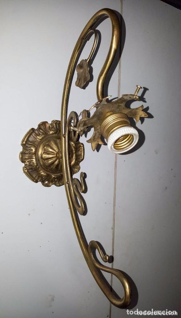 Antigüedades: APLIQUE MODERNISTA DE BRONCE CON GLOBO DE CRISTAL SATINADO Y DIBUJOS AL ACIDO - Foto 5 - 151153246