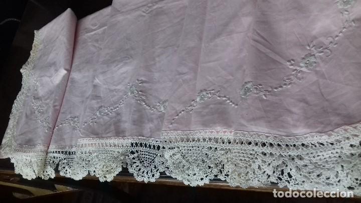 Antigüedades: ANTIGUA SABANA ROSA DE FINO Y BUEN ALGODON BORDADA CON BONITAS PUNTAS DE CROCHET. SIN ESTRENAR. - Foto 7 - 140301558