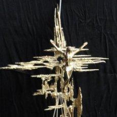 Antiquités: DECORATIVO CRUCIFIJO PARED METAL DORADO.. Lote 140329962
