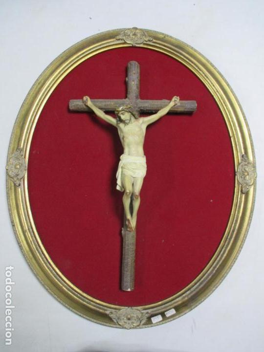 ANTIGUO CRISTO EN LA CRUZ. CRUCIFIJO. GRAN EXPRESIVIDAD Y DETALLE. SOBRE MARCO. (Antigüedades - Religiosas - Crucifijos Antiguos)