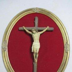 Antigüedades: ANTIGUO CRISTO EN LA CRUZ. CRUCIFIJO. GRAN EXPRESIVIDAD Y DETALLE. SOBRE MARCO. . Lote 140352410